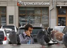 Отделение Промсвязьбанка в Москве 19 августа 2015 года. Московская биржа объявила о начале приема заявок на покупку акций Промсвязьбанка в рамках публичного размещения, цена размещения определена в 0,0638 рубля, говорится в сообщении биржи. REUTERS/Maxim Zmeyev