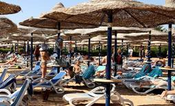 Туристы на пляже Шарм-эш-Шейха 10 ноября 2015 года. Президент России Владимир Путин сказал в преддверии летнего сезона отпусков, что возобновление полетов в популярный курортный Египет все еще под вопросом по соображениям безопасности. REUTERS/Asmaa Waguih