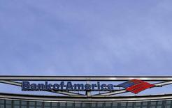 El logo de Bank of América visto en sus oficinas en Londres, Gran Bretaña. 3 de marzo de 2016. Bank of America Corp, el segundo mayor banco de Estados Unidos por activos, reportó el jueves un desplome del 18 por ciento en sus ganancias trimestrales, ya que las preocupaciones sobre la desaceleración económica mundial y la incertidumbre por el ritmo de alzas de las tasas de interés mermaron las intermediaciones de bonos y acciones. REUTERS/Reinhard Krause