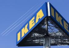 Логотип Ikea у магазина компании в Делфте, Нидерланды 16 марта 2016 года. Правоохранительные органы проводят выемку документов в центральном офисе IKEA в России, сказал Рейтер адвокат компании Семен Шевченко из МЗМ и партнеры. REUTERS/Yves Herman