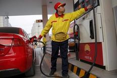 Un empleado en una gasolinera de PetroChina en Pekín, mar 21, 2016. Un recorte a la producción de petróleo por parte de los productores mundiales tras una iniciativa para congelar el bombeo es improbable y no se concretaría hasta dentro de varios meses, dijeron fuentes de la OPEP, sugiriendo que cualquier acción adicional para impulsar los precios es remota.     REUTERS/Kim Kyung-Hoon