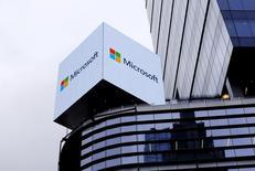 Microsoft a déposé plainte contre le gouvernement fédéral américain pour obtenir le droit d'informer ses clients lorsqu'une agence fédérale examine leurs données, dernière affaire en date opposant Washington et le secteur des hautes technologies sur la protection de la vie privée. /Photo d'archives/REUTERS/Rickey Rogers
