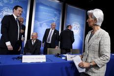 Los líderes financieros mundiales expresaron el jueves preocupación sobre la economía global, apuntando a la posible salida de Reino Unido de la Unión Europea como una seria amenaza junto con el creciente sentimiento anti-comercio y la dispar senda de expansión en China. En esta imagen de los encuentros de primavera del FMI y el Banco Mundial del 15 de abril de 2016 en Washington, aparecen de derecha a izquierda la directora gerente del FMI, Christine Lagarde, el ministro de Economía español en funciones, Luis de Guindos, el ministro de Finanzas francés, Michel Sapin, el ministro de Finanzas alemán, Wolfgang Schäuble, el secretario general de la OCDE, José Ángel Gurría, y el ministro de Finanzas británico, George Osborne. REUTERS/Jonathan Ernst