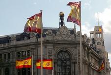 La deuda del conjunto de las Administraciones Públicas se situó en febrero en 1,081 billones de euros, frente a la cifra de 1,071 billones del pasado mes de enero, según datos publicados el viernes por el Banco de España. En esta imagen de archivo, banderas españolas frente a la sede del Banco de España en Madrid, el 9 de mayo de 2013. REUTERS/Paul Hanna