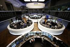 Помещение фондовой биржи во Франкфурте-на-Майне. 3 марта 2014 года. Европейские фондовые рынки открыли заключительную сессию недели снижением, главным образом из-за акций автомобильного сектора, но инвесторы сторонятся больших ставок накануне встречи стран-экспортёров нефти в Дохе. REUTERS/Ralph Orlowski