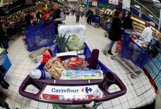 La segunda cadena minorista más grande del mundo, la francesa Carrefour dijo el viernes que las ventas subieron en España, Italia y Brasil en el primer trimestre, compensando un resultado mediocre en su mercado local. En la imagen, el logo de Carrefour en un carrito de un supermercado en Niza, el 6 de abril de 2016. REUTERS/Eric Gaillard