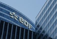 Офис EDF в пригороде Парижа. 2 марта 2016 года. Французская энергетическая компания EDF планирует снизить расходы ещё на 1 миллиард евро ($1,1 миллиард) и провести дальнейшие сокращения штата, сообщила французская газета Le Figaro в пятницу. REUTERS/Jacky Naegelen