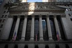 Wall Street ouvre en légère baisse vendredi, sous le coup d'indicateurs macro-économiques dressant un tableau de contrasté de l'économie américaine. Vers 13h35 GMT, l'indice Dow Jones perd 0,01%, à 17.924,03 points. Le Standard & Poor's 500, plus large, recule de 0,08% et le Nasdaq Composite cède 0,21%. /Photo d'archives/REUTERS/Carlo Allegri