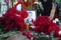 Могила Фёдора Журавлёва на кладбище в деревне Пальцо. 24 ноября 2015 года. Последнее фото Фёдора Журавлёва было сделано в Сирии, куда он отправился с секретной миссией. Это все, что знает его семья о его смерти. REUTERS/Maria Tsvetkova/Files