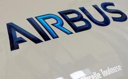 Логотип Airbus. 15 апреля 2016 года. Европейский авиастроительный гигант Airbus проявляет интерес к приватизации российского вертолетостроительного холдинга Вертолеты России, сказал в пятницу журналистам глава Минэкономразвития Алексей Улюкаев. REUTERS/Regis Duvignau
