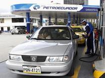 Un trabajador llena un auto con bencina en una gasolinera de la estatal Petroecuador, en Quitor, Ecuador. 2 de abril de 2012. El directorio de la estatal ecuatoriana Petroecuador dijo el viernes que nombró a un ex ministro de petróleo como su nuevo gerente, en momentos en que el país andino afronta los efectos de los bajos precios del crudo. REUTERS/Gary Granja