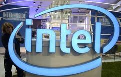 Intel a l'intention de supprimer plusieurs milliers de postes au cours des prochains mois, ce qui le conduira à réduire de plus de 10% les effectifs de certaines divisions, selon le site d'information Oregonlive, qui cite des sources au sein de l'entreprise. /Photo prise le 13 mars 2016/ REUTERS/Nigel Treblin
