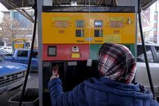 Imagen de archivo de una mujer iraní en una gasolinera en Teherán, Irán. 25 enero 2016. Irán no asistirá a una reunión entre los países miembros y no miembros de la OPEP sobre el congelamiento de los niveles de producción de crudo que se realizará el domingo en Qatar, dijeron a Reuters dos fuentes familiarizadas con la situación. REUTERS/Raheb Homavandi/TIMA