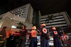 Спасатели у больницы в колумбийском городе Кали, которая была эвакуирована после землетрясения в Эквадоре. 16 апреля 2016 года. Как минимум 77 человек погибли и сотни получили ранения в результате мощного землетрясения в Эквадоре, произошедшего в ночь на воскресенье и вызвавшего сильные разрушения в прибрежных городах латиноамериканской страны. REUTERS/Jaime Saldarriaga