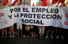 Prácticamente tres de cada diez contratos temporales en España duran una semana o menos, según denunció el domingo el sindicato UGT, que reclamó más controles para sancionar el uso injustificado de este tipo de contratación de muy corta duración.  En esta imagen de archivo, sindicalistas de UGT y CCOO participan en una manifestación por el empleo en Sevilla, el 13 de junio de 2013.  REUTERS/Marcelo del Pozo