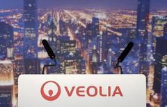 La Caisse des dépôts souhaite que Veolia conserve entre 20% et 33% de Transdev dans le cadre des négociations sur la vente de la participation du numéro un mondial du traitement de l'eau et des déchets dans leur coentreprise, rapporte Le Journal du Dimanche. /Photo d'archives/REUTERS/Christian Hartmann