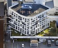 El edificio del municipio de Uto, dañado tras el sismo en la prefectura de Kumamoto en Japón. 16 de abril de 2016. Toyota Motor Corp, la automotriz que más vende en el mundo, dijo el domingo que suspenderá la mayor parte de su producción en plantas de todo Japón esta semana, después de que varios sismos en el sur del país provocaron escasez de componentes, mientras otros fabricantes prolongaron paros por daños. Crédito obligado. 16 de abril de 2016. REUTERS/Kyodo ATENCIÓN EDITORES - SOLO PARA USO EDITORIAL.  NO ESTÁ A LA VENTA Y NO SE PUEDE USAR EN CAMPAÑAS PUBLICITARIAS. ESTA IMAGEN HA SIDO ENTREGADA POR UN TERCERO Y SE DISTRIBUYE EXÁCTAMENTE COMO LA RECIBIÓ REUTERS COMO UN SERVICIO A SUS CLIENTES.