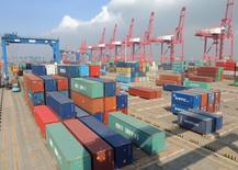 Контейнеры в порту округа Ляньюньган, провинция Цзянсу, Китай.  Экономика Китая выросла на 1,1 процента в первом квартале 2016 года против данных за четвёртый квартал 2015 года, показали данные Национального бюро статистики, не оправдавшие прогнозы аналитиков. REUTERS/China Daily