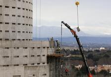El consumo de cemento en España cayó en el primer trimestre un 0,5 por ciento tras registrar un descenso del 7,2 por ciento en el mes de marzo, dijo el lunes la patronal cementera Oficemen. En la imagen, obreros de la construcción en un edificio en Madrid, España, el 29 de enero de 2016. REUTERS/Sergio Pérez