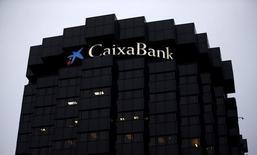 Caixabank lanzará una oferta por el 55,9 por ciento del capital de Banco BPI a un precio en metálico de 1,113 euros por acción tras romperse un principio de acuerdo con la empresaria angoleña y segunda accionista del banco luso, Isabel Dos Santos. En la imagen, el logo de la entidad en su sede en Barcelona el 29 de enero de 2016. REUTERS/Albert Gea