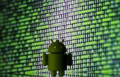 Android, le système d'exploitation de Google. La commissaire européenne à la concurrence, qui a déjà accusé Google de tromper les consommateurs et ses concurrents en altérant les résultats de son moteur de recherches de manière à ce qu'ils favorisent ses propres services, a dit lundi qu'elle allait se pencher sur les accords du géant de l'internet dans le secteur des télécoms. /Photo prise le 22 mars 2016/REUTERS/Dado Ruvic/Illustration