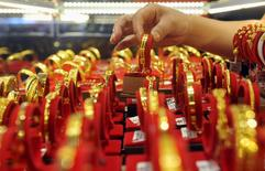 Золотые браслеты в ювелирном магазине в китайском городе Линьань. 29 июля 2015 года. Золото дорожает в понедельник, так как доллар и европейские фондовые рынки упали после того, как производители нефти не смогли согласовать заморозку уровня добычи нефти. REUTERS/China Daily/Files