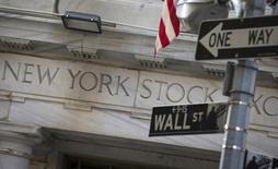 Las acciones bajaban el lunes en la apertura de la Bolsa de Nueva York, arrastradas por una caída de los precios del petróleo después de que los principales productores de crudo no lograran un acuerdo durante una reunión el fin de semana en Doha  destinada a reducir un exceso de la oferta mundial. En la imagen, se observa parte de la fachada de la Bolsa de Nueva York, situada en Manhattan, el 13 de agosto de 2015. REUTERS/Brendan McDermid