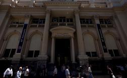 Siège de la banque centrale argentine à Buenos Aires. L'Argentine est officiellement revenue lundi sur le marché obligataire international après 15 ans d'absence, tournant définitivement la page de la bataille judiciaire qui l'a opposée à ses créanciers réfractaires après son défaut de 2001. /Photo d'archives/REUTERS/Marcos Brindicci