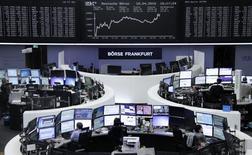 Las bolsas europeas cerraron el lunes con subidas moderadas tras arrancar la sesión con debilidad, presionadas por el sector energético después de que los precios del petróleo bajaran al fracasar una reunión de los principales productores de crudo en Doha para congelar los niveles de producción. En la imagen, operadores trabajan en sus mesas delante del índice de precios alemán DAX en la Bolsa de Fráncfort, Alemania, el 18 de abril de 2016.     REUTERS/Staff/Remote