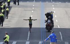 Etíope Lemi Berhanu Hayle cruzando linha de chegada da Maratona de Boston.   18/04/2016     REUTERS/Gretchen Ertl