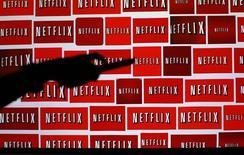 Las estimaciones de nuevas suscripciones en Estados Unidos y a nivel internacional del proveedor de servicios de reproducción de vídeos en línea Netflix para el actual trimestre no cumplieron con las expectativas de analistas, lo que hizo caer sus acciones un 10 por ciento tras cierre de la sesión regular. En la imagen de archivo, el logo de Netflix en una fotoilustración en California.  REUTERS/Mike Blake