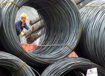China y otros importantes productores de acero no lograron acordar medidas para hacer frente a una crisis mundial de la industria luego de que las partes discreparon sobre las causas del exceso de capacidad, lo que provocó una crítica de Washington a Pekín y una respuesta de funcionarios chinos. En la foto, un empleado descarga productos de acero en un mercado de Yichang el 7 de abril de  2016/REUTERS/China Daily