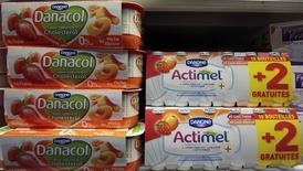 Danone dijo el martes que el crecimiento de sus ingresos superó las expectativas en el primer trimestre gracias a unas ventas sólidas de alimentos para bebés en Asia, una mayor demanda de productos lácteos en América del Norte y un rendimiento mejor que lo esperado en su división de agua. En la imagen, yogures de Danone en un supermercado en Niza, el 14 de marzo de 2016.  REUTERS/Eric Gaillard
