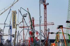 En la imagen de archivo, unas grúas en una feria de comercio de construcción en Múnich,  el 11 de abril de 2016. La confianza entre analistas e inversores alemanes subió en abril por segundo mes consecutivo, según un sondeo divulgado el martes por el centro de estudios ZEW, ya que las señales positivas de China ayudaron a disipar las preocupaciones que apuntaban a que una debilidad podría dañar la economía local, muy dependiente de las exportaciones. REUTERS/Michael Dalder