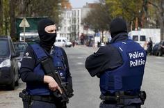 """Сотрудники полиции в Эттербеке близ Брюсселя 9 апреля 2016 года. Ряд признаков указывает на то, что """"Исламское государство"""" могло отправить в Бельгию и Европу больше боевиков, сообщили бельгийские власти во вторник, сохранив установленный сейчас третий уровень угрозы атак. REUTERS/Yves Herman"""