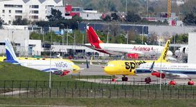 L'augmentation du nombre d'avions Airbus non livrés et stationnés à l'extérieur de leur usine à cause de problèmes liés à des fournisseurs met une pression sur la génération de cash-flow du constructeur aéronautique depuis le début de l'année. Après un premier trimestre marqué par un rythme lent dans les livraisons, les places de parking disponibles à l'aéroport de Toulouse (photo) et à Hambourg sont de plus en plus réduites. /Photo prise le 15 avril 2016/REUTERS/Régis Duvignau