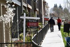 Casas a la venta en el área suroeste de Portland, Oregon. 20 de marzo de 2014. Los inicios de construcción de casas en Estados Unidos cayeron más de lo previsto en marzo y los permisos para nuevas edificaciones tocaron un mínimo de un año, lo que sugiere cierto enfriamiento en el mercado de vivienda en línea con señales de una fuerte desaceleración económica en el primer trimestre. REUTERS/Steve Dipaola