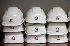 L'Etat français confond les intérêts de la filière nucléaire avec ceux d'EDF et devrait en conséquence être forcé à retirer l'entreprise de la Bourse, estiment des actionnaires salariés opposés au projet de construction de deux réacteurs nucléaires de type EPR en Grande Bretagne.  /Photo d'archives/REUTERS/Charles Platiau