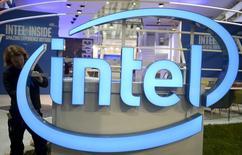 Imagen de archivo de un trabajador arreglando el logo de Intel en la feria CeBIT en Hannover, Marzo 13, 2016. Intel Corp dijo que recortará 12.000 empleos en sus operaciones globales, o un 11 por ciento de su plantilla, en su camino para concentrarse en los microprocesadores utilizados en grandes centros de datos y aparatos conectados a internet para depender menos de su negocio tradicional de computadoras personales.  REUTERS/Nigel Treblin/Files