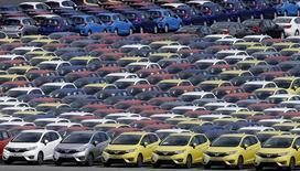 Новые автомобили производителя Honda ждут экспорта в порту Иокогамы. Объем экспорта Японии в марте сократился шестой месяц подряд, поскольку медленный рост в Китае, вялый спрос на электронные компоненты, в частности для iPhone, и сильная иена угрожают прервать восстановление экономики страны.  REUTERS/Toru Hanai