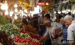 Люди покупают овощи на рынке в Анкаре 23 июля 2013 года. Объём турецкого экспорта в Иран, как ожидается, будет расти примерно на 30 процентов в месяц оставшуюся часть года, поскольку снятие санкций с Тегерана позволит бизнесу активно развиваться, сказал в интервью Рейтер глава Союза экспортеров Турции (TIM) Мехмет Бююкекши. REUTERS/Umit Bektas