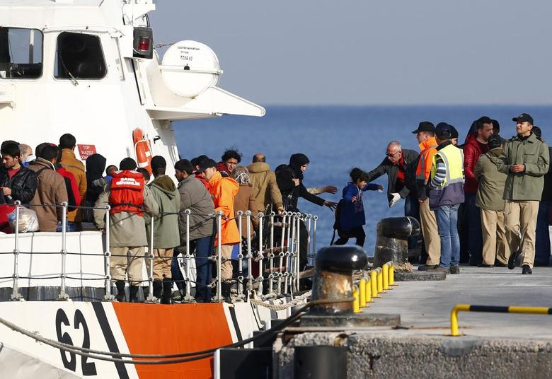 Migrants disembark from a Turkish coastguard boat after a failed attempt at crossing to the Greek island of Lesbos, in the Turkish coastal town of Dikili, Turkey April 6, 2016. REUTERS/Murad Sezer