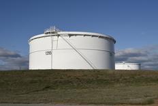 Un estanque de petróleo de Enbridge Inc, visto durante un tour a los medios en su fábrica en Cushing, Oklahoma. 24 de marzo de 2016. Los inventarios de petróleo en Estados Unidos subieron menos de lo esperado la semana pasada, mientras que los de gasolina y destilados cayeron, mostró el miércoles un reporte de la Administración de Información de Energía (EIA). REUTERS/Nick Oxford