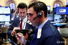 Трейдеры на торгах Нью-Йоркской биржи 12 апреля 2016 года. Фондовые индексы США закрылись ростом в среду, на 2 процента ниже рекордного показателя, поскольку восстановление цен на нефть усилило оптимизм, спровоцированный чередой квартальных отчетов. REUTERS/Lucas Jackson