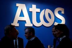 """Atos a annoncé une hausse de son chiffre d'affaires et de ses prises de commandes au premier trimestre, soutenu par les secteurs publics et la santé, confortant ses objectifs annuels. Le chiffre d'affaires trimestriel a augmenté de 15,0% à taux de change constants à 2,757 milliards d'euros et les prises de commandes de 27%, donnant un """"book-to-bill"""" de 101%. /Photo prise le 12 avril 2016/REUTERS/Philippe Wojazer"""
