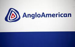 El logo de Anglo American visto en Rusternburg. 5 de octubre de 2015. La minera global Anglo American Plc dijo que la producción en la mayoría de sus unidades cayó o se mantuvo sin cambios en el primer trimestre, luego de que redujo su extracción, vendió activos y reconfiguró las minas para hacer frente al declive en los precios de las materias primas. REUTERS/Siphiwe Sibeko/File Photo