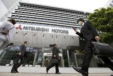 Personas caminan frente a la sede de Mitsubishi Motors, en Tokio, Japón. 21 de abril de 2016. Las acciones de Mitsubishi Motors Corp se desplomaron por segundo día consecutivo y alcanzaron un mínimo histórico después de que la empresa admitió haber manipulado datos sobre ahorro de combustibles, lo que provocó temores sobre costos de compensaciones y multas. REUTERS/Toru Hanai
