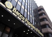 Banca Popolare di Vicenza, la huitième banque italienne, a révélé jeudi qu'elle risquait de devoir verser 1,65 milliard d'euros de dédommagements à des clients mécontents. Cette somme risque d'amoindrir sérieusement les effets bénéfiques sur son bilan de l'introduction en Bourse de 1,76 milliard d'euros prévue dans les semaines à venir, souscrite par un nouveau fonds d'aide aux banques financé par le secteur bancaire lui-même. /Photoi prise le 5 mars 2016/REUTERS/Stefano Rellandini