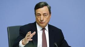 El Banco Central Europeo (BCE) comenzará a realizar compras de bonos corporativos de la zona euro en junio, dijo el jueves el presidente de la entidad, Mario Draghi. En la imagen, Draghi durante una rueda de prensa en Fráncfort, el 21 de abril de 2016. REUTERS/Ralph Orlowski