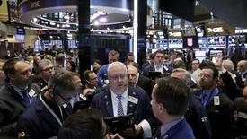 Operadores trabajando en la Bolsa de Nueva York. 15 de abril de 2016. Las acciones operaban el jueves con pocos cambios en la apertura en la bolsa de Nueva York, mientras los inversores analizaban una serie de reportes mixtos de ganancias corporativas. REUTERS/Brendan McDermid